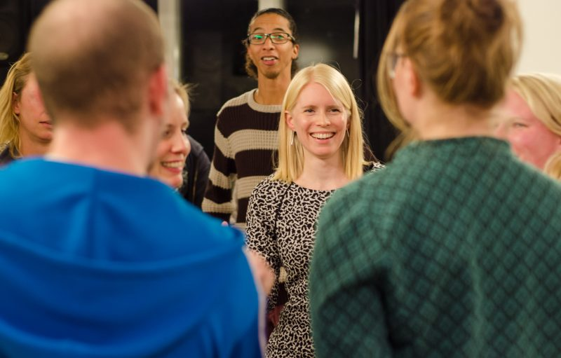 Trainer Annet de Boer glimlacht naar haar deelnemers van de training gastvrijheid