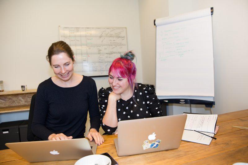 overleg op het kantoor van Stichting KEES cultuurvrijwilligers