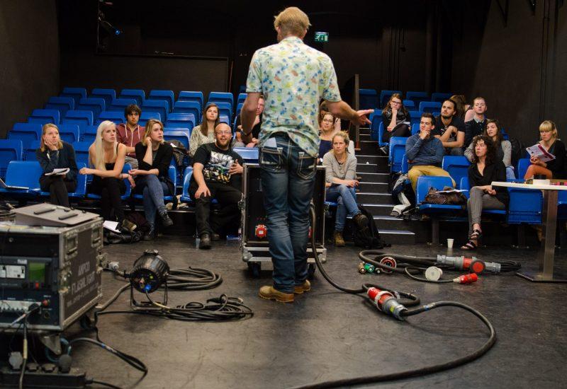 Trainer Colin Kassies legt stroom uit aan groep deelnemers tijdens training Techniek voor Beginners in theaterzaal