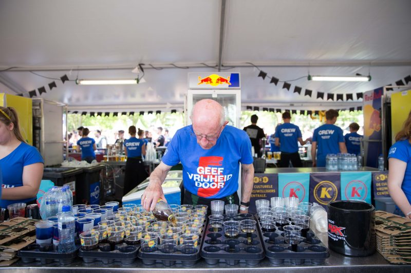 Man schenkt glazen frisdrank in op het bevrijdingsfestival Utrecht