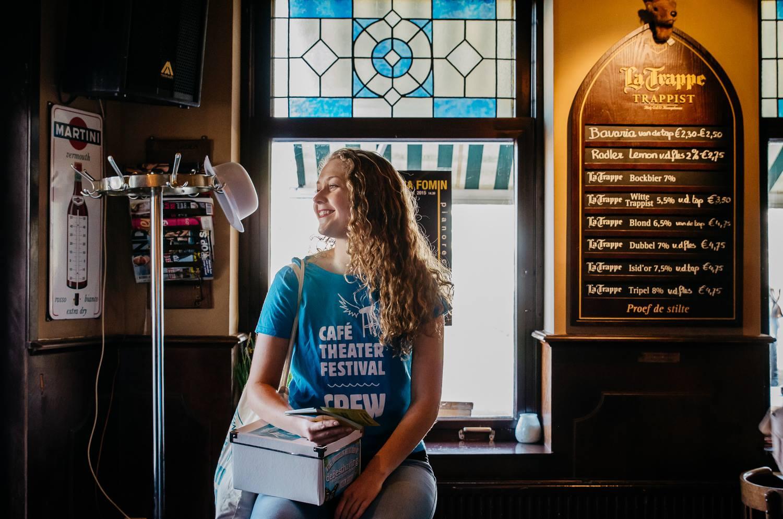 Vrijwilligster bij het Café Theater Festival met flyers en hand-outs.