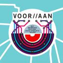 Logo vanhet festival VoorAan. Het is een viekant lago met middenin een rondje. de tekst VOOR AAN is groot en gescheiden door twee schuine streepjes naar rechts hellend. Inhet midden staat de tekst:'Het showcase festival voor Utrechts talent'.