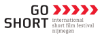 Logo van Go Short met een witte achtergrond go short in zwarte letters daarnaast drie rode pijlen met daaronder de tekst international short film festival nijmegen