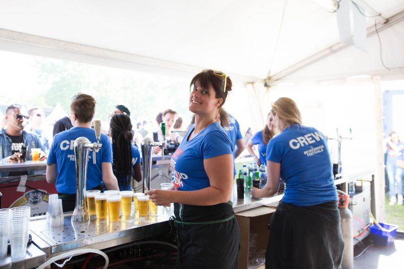 twee vrouwen achter de bar opeenfestival, bier tappend