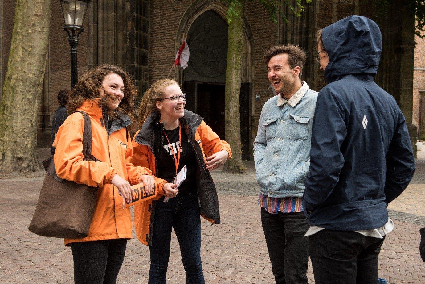 SPRING Performing Arts Festival vrijwilligers zijn in gesprek met twee bezoekers