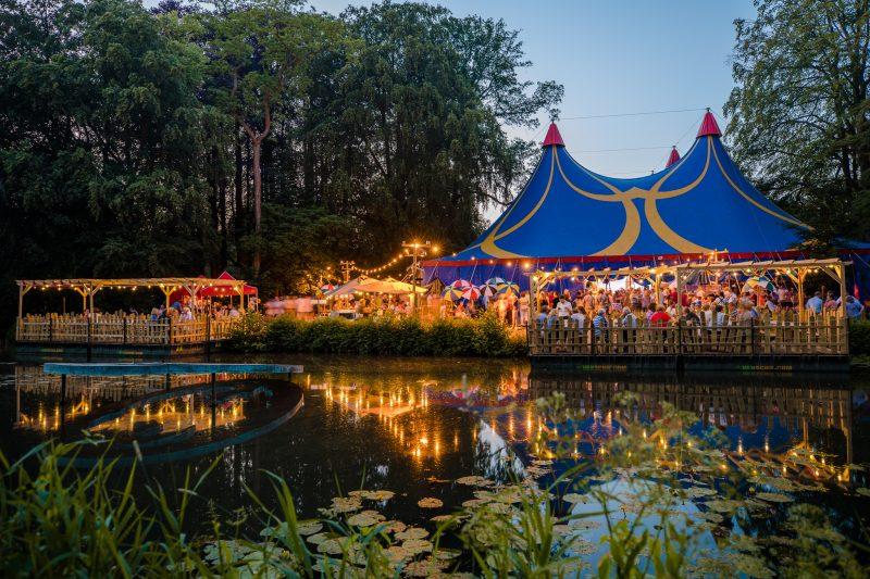 Festivaltent aan het water met bezoekers van ashton brothers ashtonia