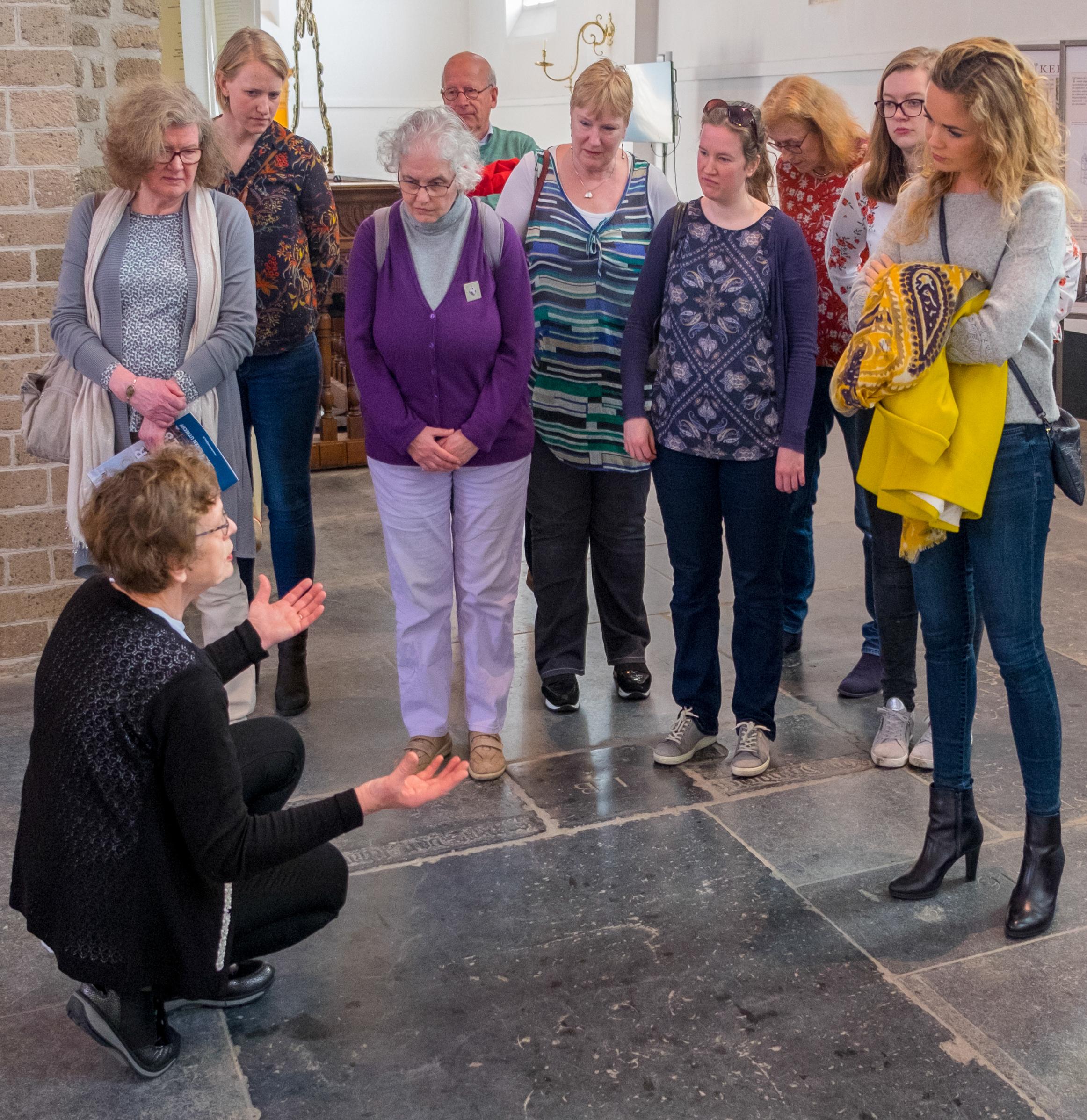 Vrijwilliger Kerken Kijken in actie voor een groep