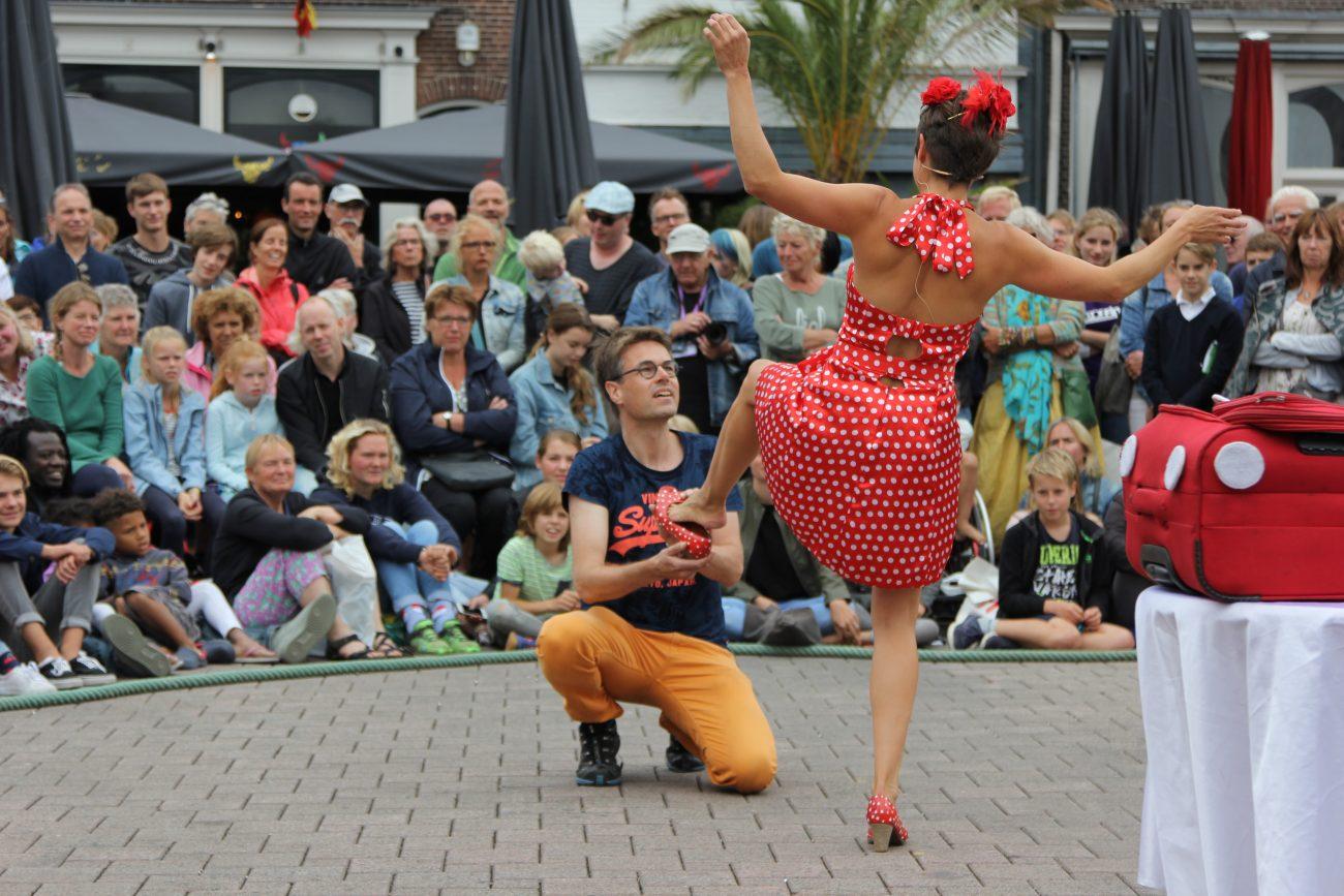 Theaterfestival Spoffin actrice met rode stippenjurk en man uit publiek