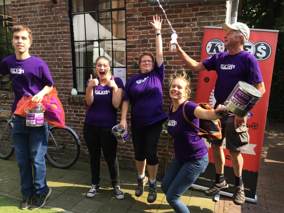 Vijf vrolijke KEES Spoffin vrijwilligers in paarse T-shirts
