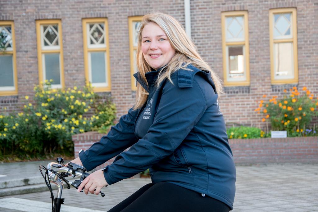 Sterre is buurtconcierge van Parade Puur Oost in Utrecht en poseert hier voor de foto