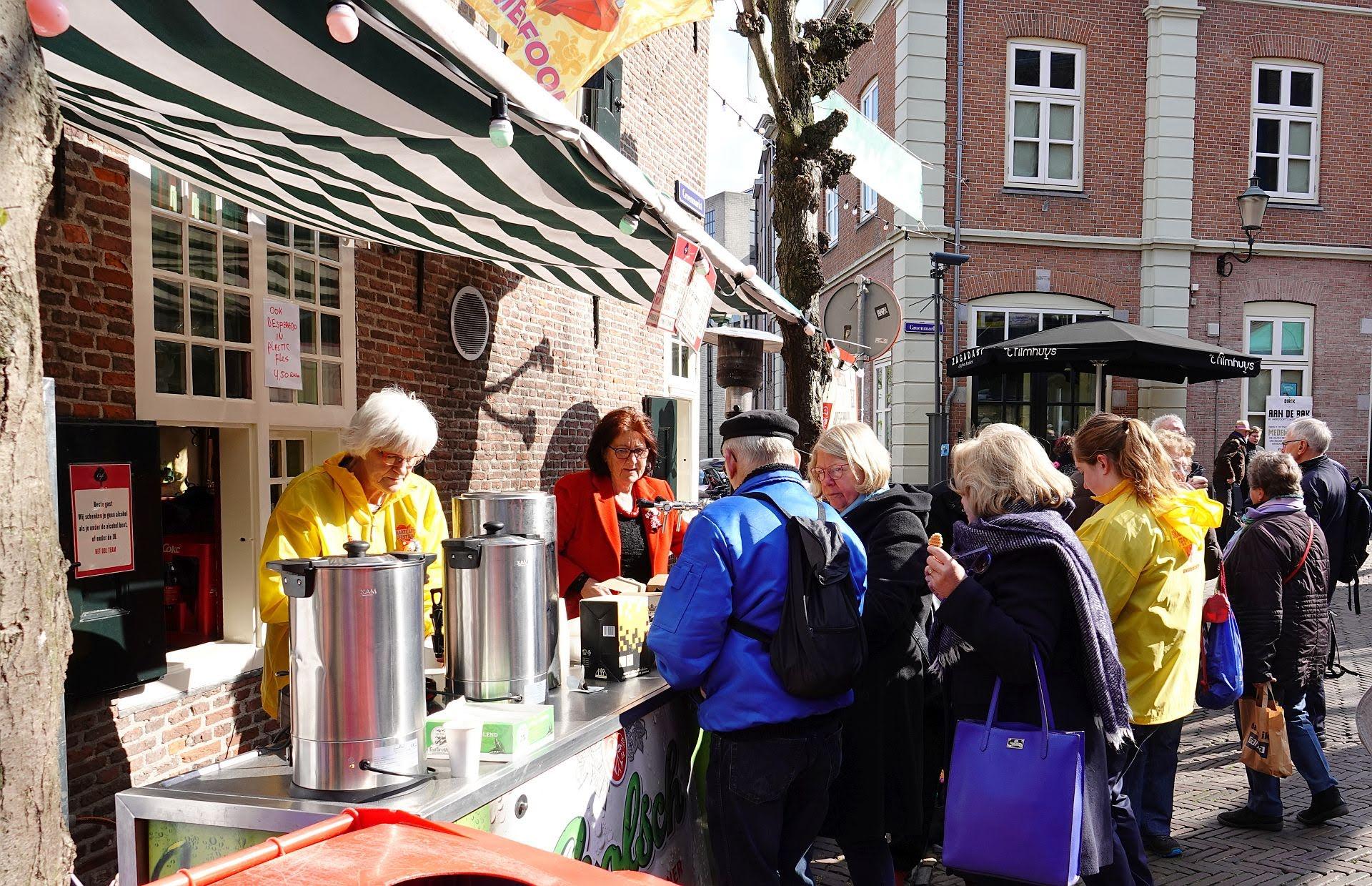 Het publiek van het Smartlappenfestival Amersfoort wordt koffie en thee aangeboden.