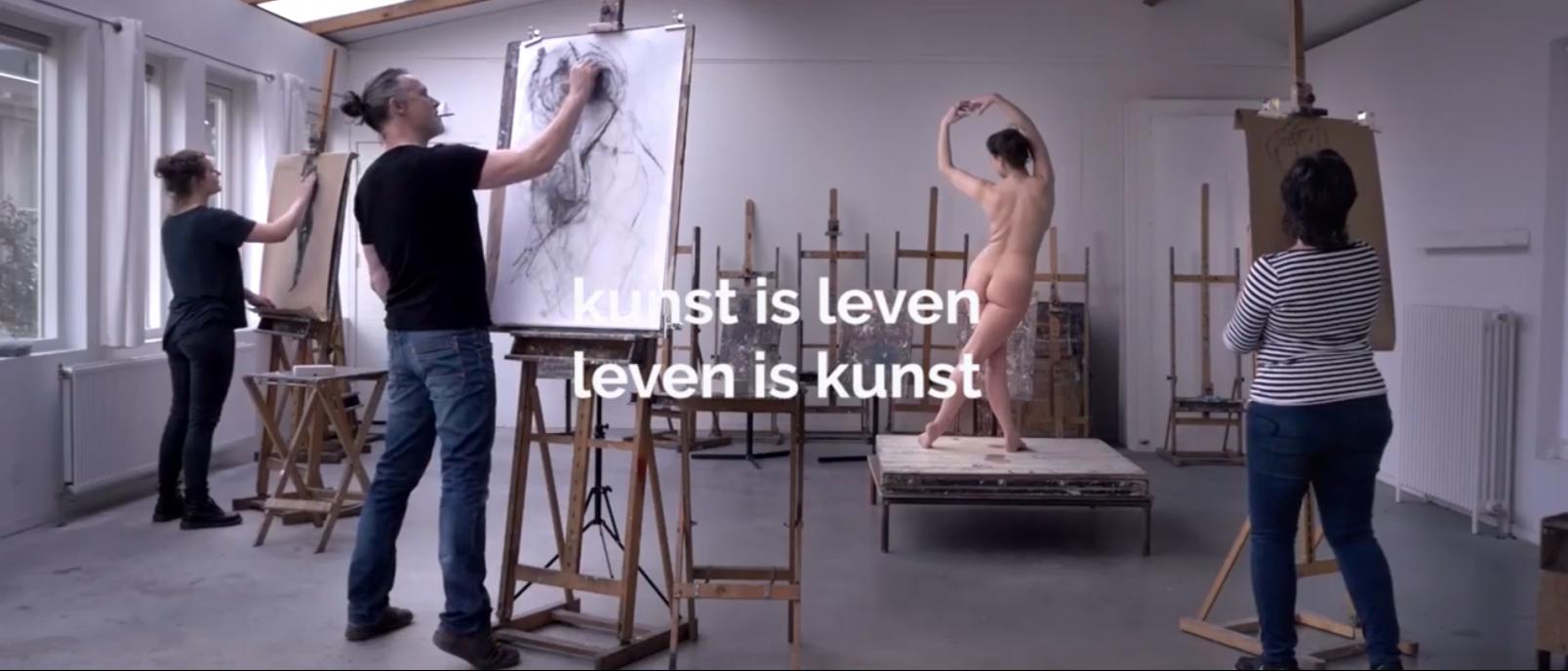 Sfeerbeeld van De Gooise Academie in Laren met op deze foto een tekencursus met vrouwelijk model te zien.